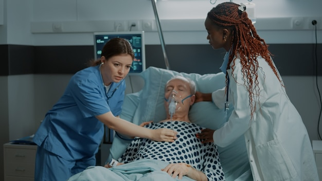 クリニックの病棟で病人に相談する看護師