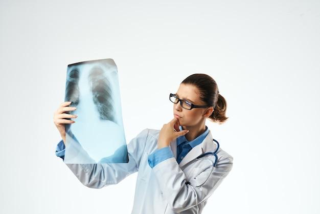看護師の診断患者は明るい背景をスキャンします