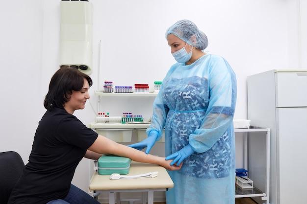 Медсестра делает анализ крови из вены. концепция тестирования covid