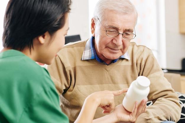 患者に薬を与える看護師