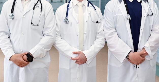 의사 외과 의사 및 다른 간호사 팀과 손을 잡고 병원에서 간호사. 의료 및 건강 데이터 팀워크 개념입니다. 배경 넓은 홍보 배너입니다.