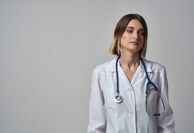 Медсестра в больнице со стетоскопом в белом халате