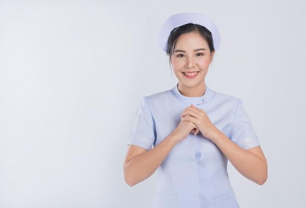 白い背景の上の看護師、アジアの女性