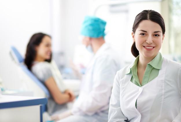 Медсестра практикующий в медицинском офисе