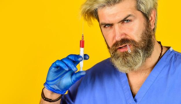 주사를 준비하는 간호사. 전염병을 중지합니다. 보건 의료. 코로나 바이러스. 마취 및 진통제. 예방 접종 주사기 바늘. 병원 직원. 예방 접종 개념입니다. 예방 접종 프로그램. 약.