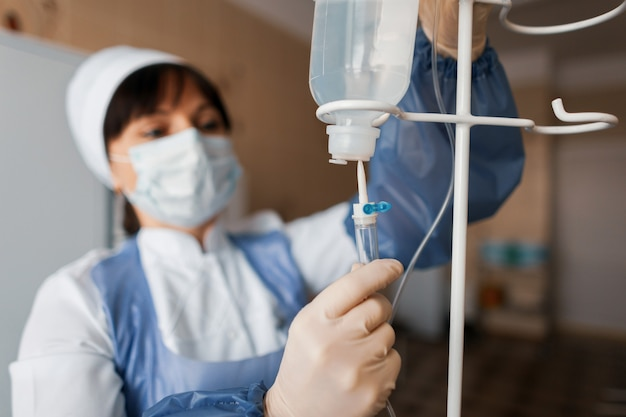 看護師はカウンタードロップをクリニックに置きます。現代の病院の医療機器。患者ケア