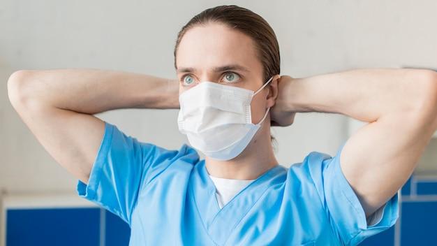 医療マスクをかぶる看護師