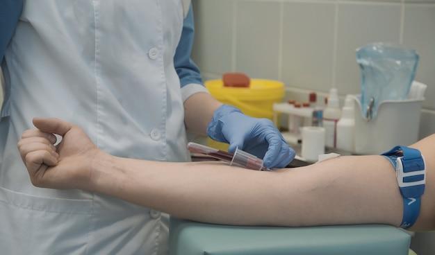 Медсестра берет образцы крови у пациента в больнице