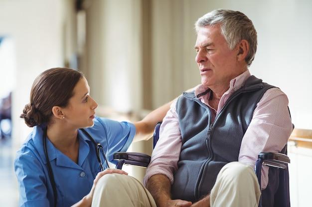 悲しい年配の男性の世話をする看護師