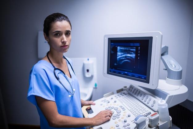 Медсестра с помощью ультразвукового монитора