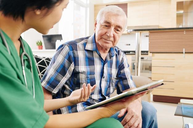 그의 아파트에서 노인 방문 간호사