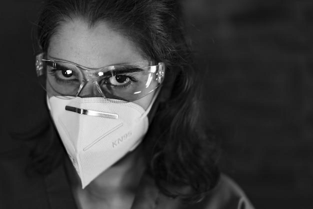 防護服、保護メガネ、抗ウイルスマスクkn95を身に着けているナース