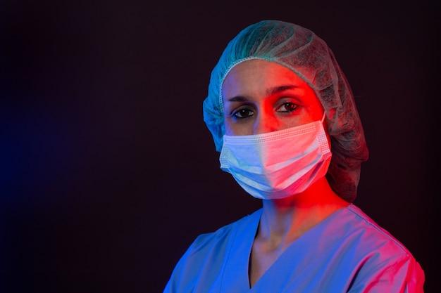 Медсестра в респираторной маске с анализом крови на новый коронавирус covid-19. концепция пандемии коронавируса.