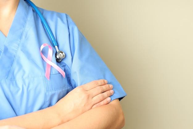 Медсестра с лентой осведомленности рака груди, место для текста