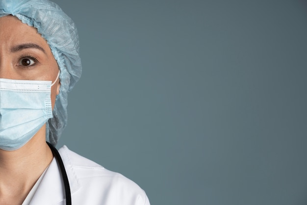 医療用マスクとコピースペースを持つ看護師