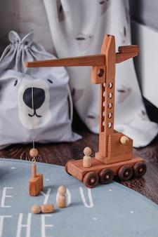 Интерьер детской комнаты. деревянные игрушки журавль и кирпичи на полу. домашний декор для детской комнаты.
