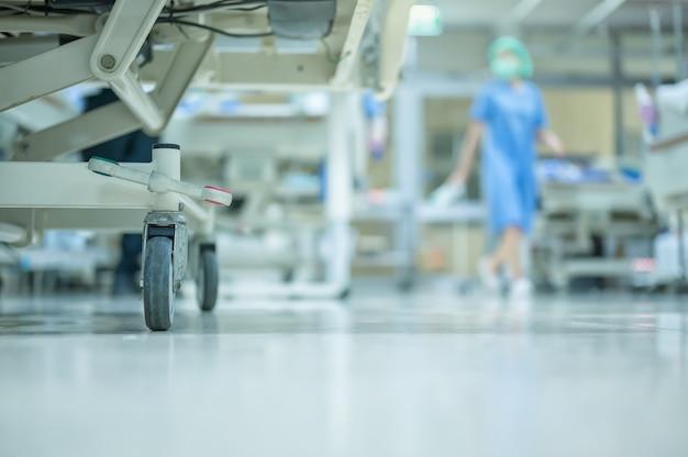 看護師は患者に会い、icu室の清潔さをチェックするために歩いています