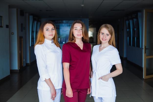 간호 학교. 혼혈인 전문 의대생 그룹입니다. 직원 외과 의사. 의학 및 건강 관리 개념