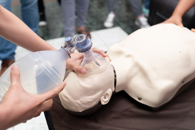 看護学生は緊急時に患者を救う方法を学んでいます