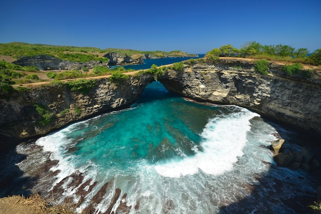 Изумительный чудесный вид с воздуха берега пляжа расположенного в nusa penida, к юго-востоку от острова бали, индонезия.