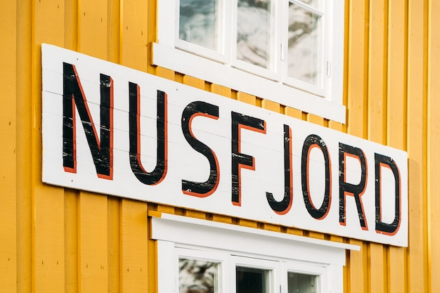 Nusfjord, 노르웨이-2021 년 1 월 5 일 : nusfjord 사인 위에 노란색 집