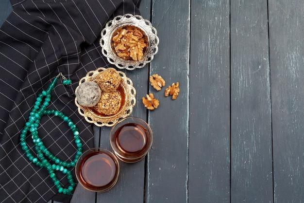 ダークウッドのテーブル、上面図でコーヒーと一緒に出されるナッツボールデザート
