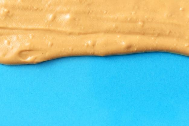 青に溶けたナッツバター。