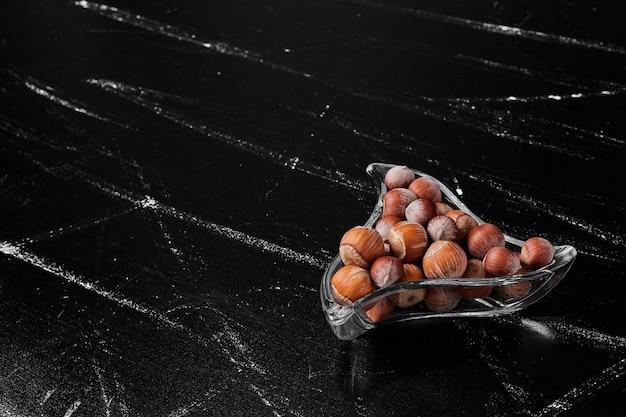 ガラス容器に入ったナッツの殻。