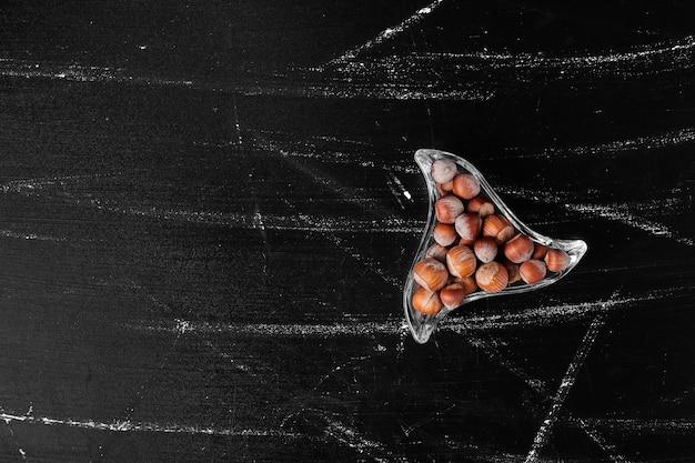 ガラスカップのナッツの殻。