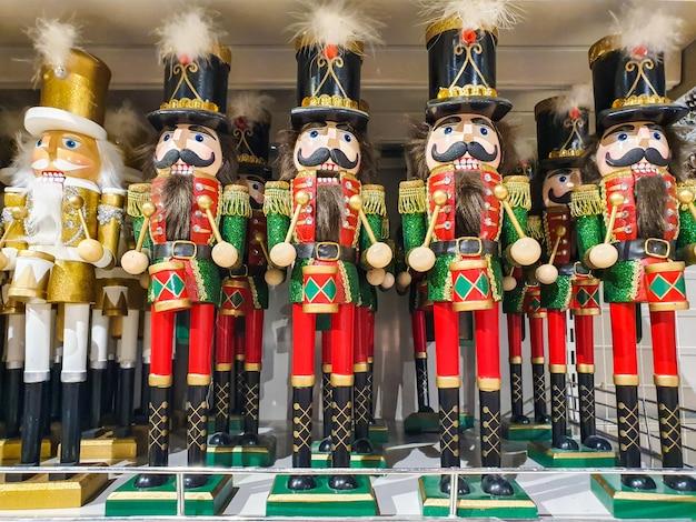 いくつかの異なるnutcraker兵士のおもちゃの店、市場での販売のためのクリスマスの装飾に表示