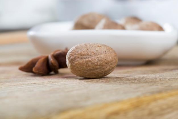 Мускатный орех на столе