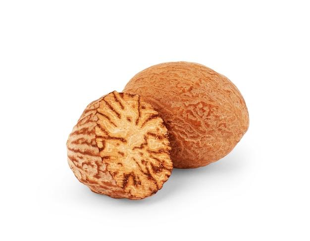 Мускатный орех. целый орех, половина и порошок, изолированные на белом фоне