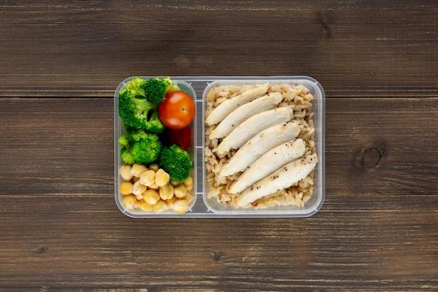 테이크 아웃 식사 상자에 영양이 풍부한 고밀도 건강한 저지방 음식 나무 배경 평면도에 설정