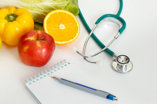 Питание и здоровое питание. фрукты, овощи, сок и стетоскоп