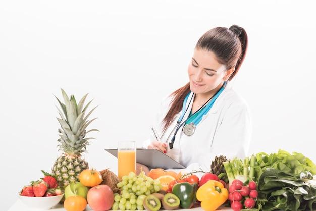 栄養士の医者の女性。白で隔離