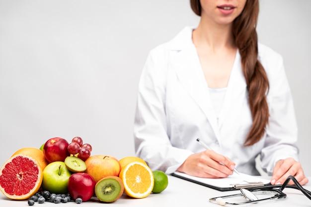 건강한 과일 스낵을 먹는 영양사