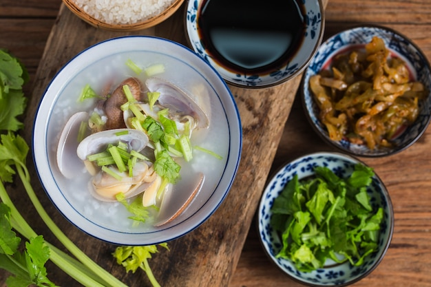 栄養価の高い、美味しいシーフードのお粥、米えびホタテ粥 Premium写真