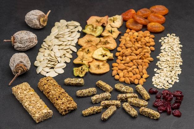栄養価の高い栄養のあるミックス。グラノーラバー、ドライフルーツ、ナッツ、砂糖漬けの果物。免疫の自然な源。閉じる