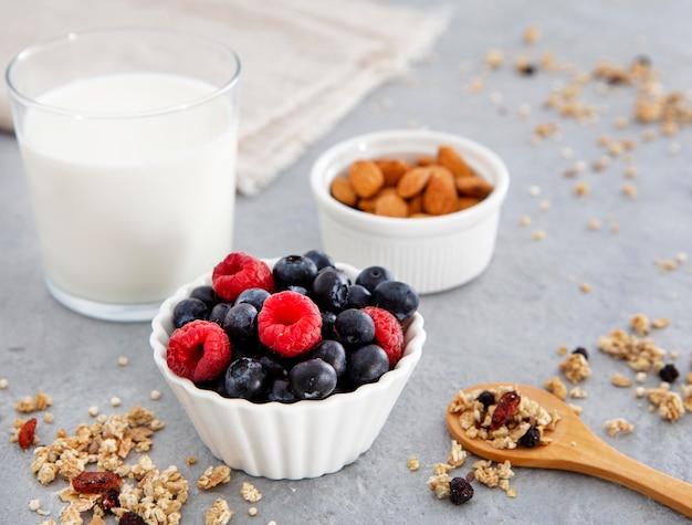 栄養価の高い朝食の森のフルーツとアーモンド