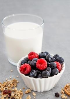 栄養価の高い朝食用ミルクと森のフルーツ