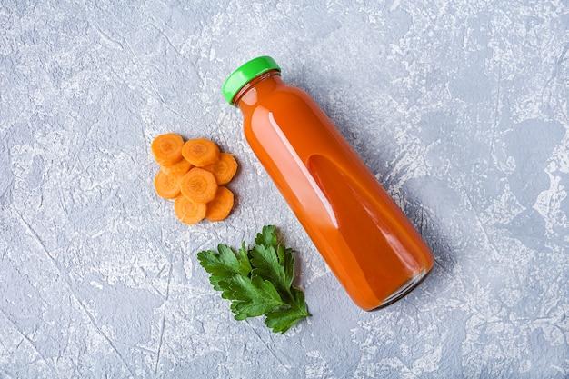 Питательный детокс морковный сок в стеклянной бутылке. концепция щелочной диеты. органический вегетарианский напиток
