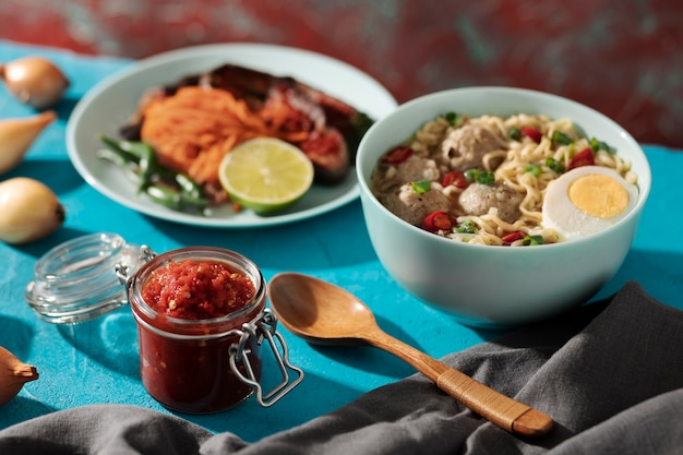 Питательный обед с ассортиментом самбала