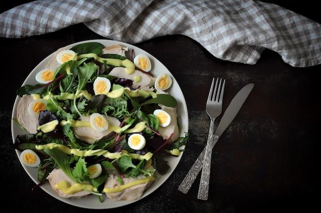 鶏の胸肉とウズラの卵の栄養価の高いサラダ