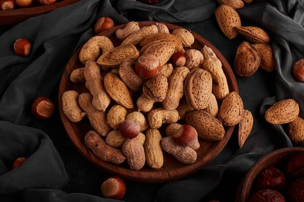 木の板のナッツとアーモンドの殻、上面図。