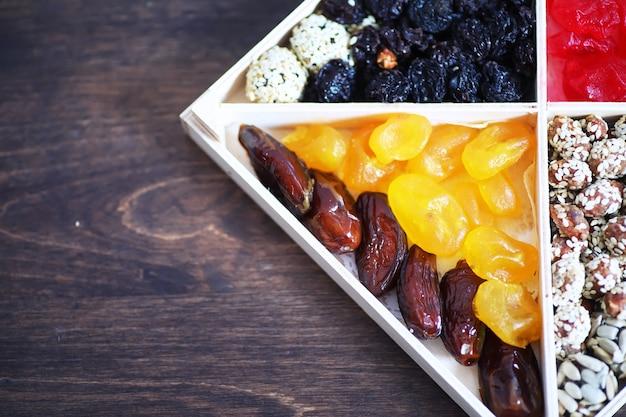 石のテーブルトップビューのナッツとドライフルーツの品揃え。