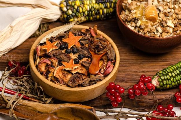 木の背景にナッツとドライフルーツの品揃え