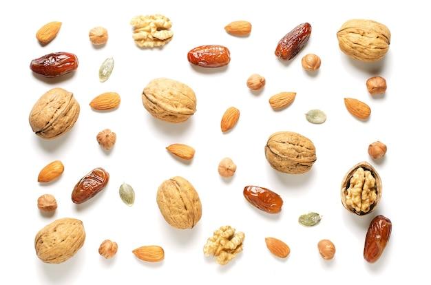 白い背景の上面図のナッツとドライフルーツ