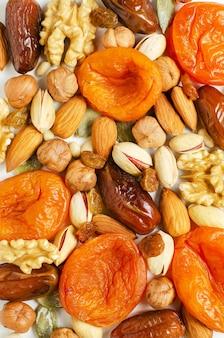 견과류와 말린 과일. 항산화제와 비타민의 공급원. 건강한 식생활.