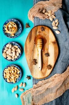 소박한 테이블에 견과류와 꿀