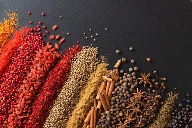 黒い表面に皮をむいたナッツと種子